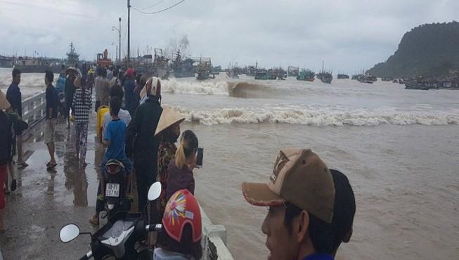Những cột sóng biển lớn đã đánh đứt dây, chìm 8 tàu cá, hơn 16 xuồng đò của người dân địa phương.