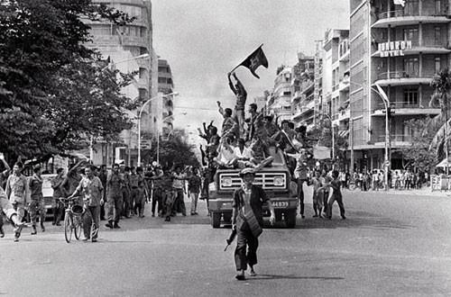 Lính Khmer Đỏ tiến vào Phnom Penh tháng 4/1975. Ảnh: AP.