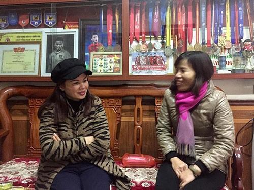 Bà Dương Thị Cúc, mẹ tiền vệ Quang Hải (trái) tiếp khách đến chơi sáng 18/11, chúc mừng các cầu thủ Việt Nam. Ảnh Phan Dương.