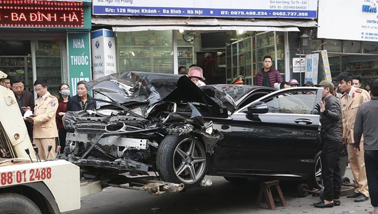 Nhân chứng kinh hoàng kể phút ô tô đâm loạt người xe trên vỉa hè Hà Nội