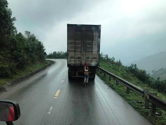 Kinh hãi nữ sinh đi xe đạp liều mạng bám tay vào đuôi Container khi vượt đèo - Ảnh 2.