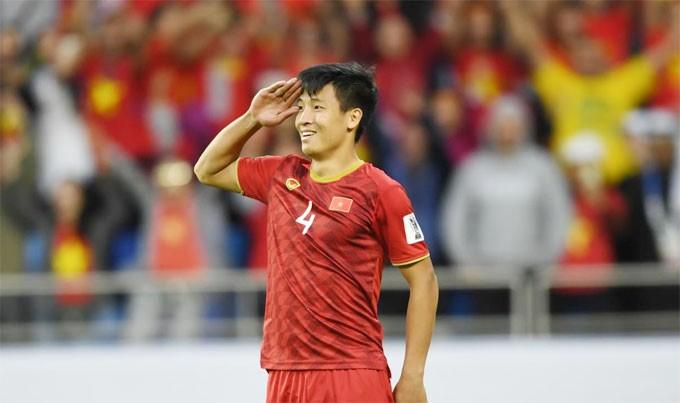 Trung vệ tuyển Việt Nam tâm sự với ký giả của AFC: Chúng tôi đã giành chiến thắng ở AFF Cup, sau đó không chút nghỉ ngơi lại chuẩn bị ngay cho Asian Cup. Nhưng bây giờ chúng tôi đã tạo nên trang sử mới cho bóng đá Việt Nam nên toàn đội vô cùng hạnh phúc.