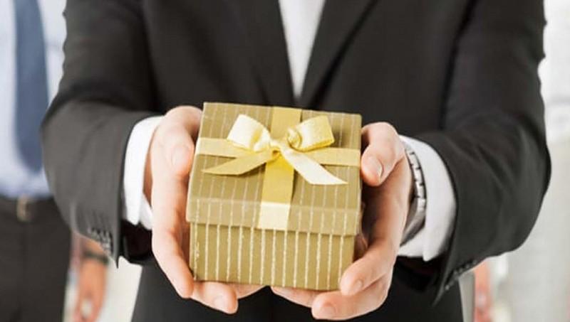 Những túi quà Tết tiền tỉ khiến hàng loạt 'sếp bự' dính vòng lao lí