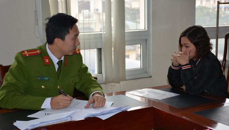 Chủ cửa hiệu cầm đồ Nguyễn Thị Thịnh tại cơ quan công an. Ảnh: Công an tỉnh Quảng Ninh.