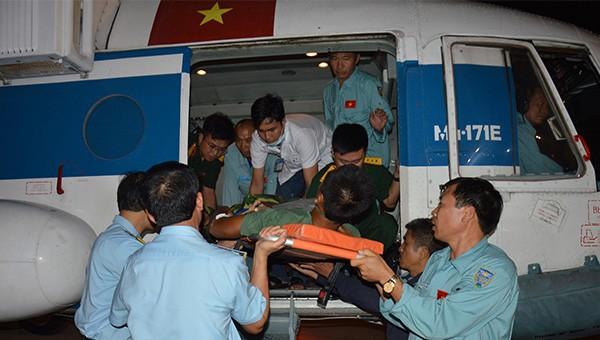 Điều trực thăng chở Trung sĩ quân đội từ đảo vào đất liền cấp cứu