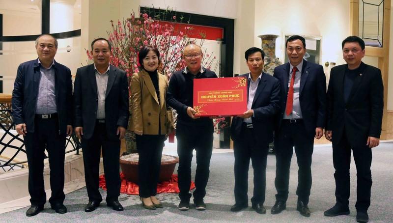 HLV Park Hang-seo được Thủ tướng Nguyễn Xuân Phúc tặng quà
