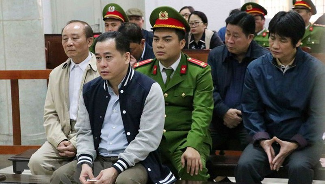Bị cáo Phan Văn Anh Vũ và các đồng phạm tại phiên tòa. (Ảnh: Văn Điệp/TTXVN)