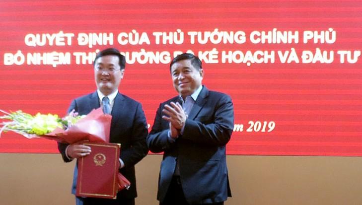 Bộ trưởng Bộ Kế hoạch và Đầu tư Nguyễn Chí Dũng trao Quyết định bổ nhiệm của Thủ tướng cho ông Nguyễn Đức Trung.