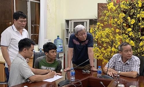 Đại tá Lê Ngọc Phương (áo xanh, thứ 3 từ trái sang) và thượng tá Huấn (áo trắng, đứng) lấy lời khai. Ảnh: Quốc Thắng.