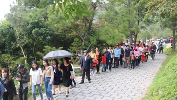 Hàng ngàn người viếng mộ Đại Tướng Võ Nguyên Giáp dịp Tết