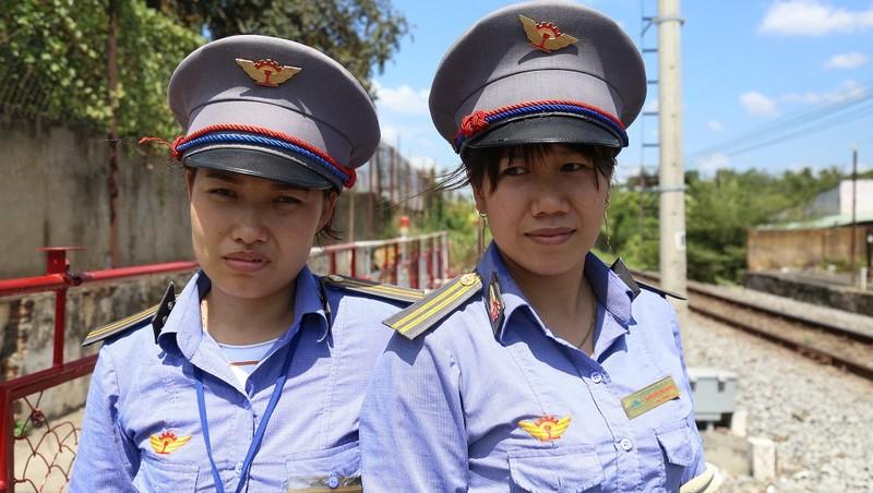 Hai nhân viên đường sắt Nguyễn Thị Minh (trái) và Đỗ Thị Lan (phải) đã dũng cảm cứu người