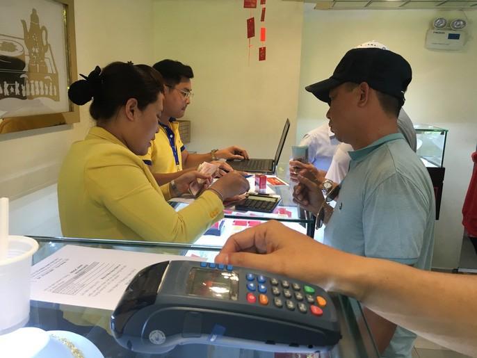 Dân công sở đội nắng, bỏ cả cơm trưa để mua vài chỉ vàng cầu may - Ảnh 4.