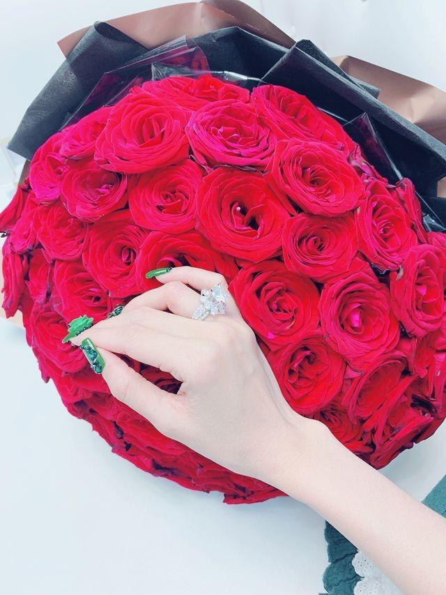"""Hoa hậu Việt """"trách"""" bạn trai đại gia tặng quà Valentine """"khủng"""" gắn hoá đơn tùm lum - 4"""