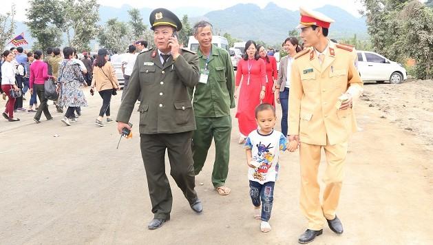 Bé trai bị lạc được lực lượng chức năng chăm sóc, trấn an và giúp tìm cha. Ảnh: Công an tỉnh Hà Nam.