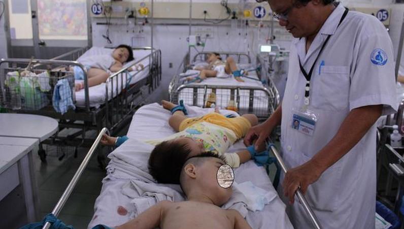 Theo dõi sức khỏe bệnh nhi tại khoa Nhiễm - Thần kinh, Nhi đồng 1. Ảnh: Dân trí.