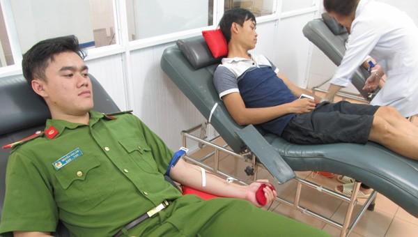 Cảnh sát cơ động tỉnh Gia Lai tham gia hiến máu cứu bệnh nhi. Ảnh: Cổng thông tin Bộ Công an.