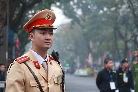 chiến sỹ Cảnh sát giao thông Việt Nam chăm chú làm nhiệm vụ.