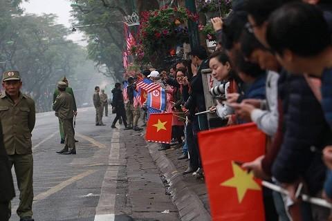 Người dân hồ hởi đón chào các Phái Đoàn đến Việt Nam.