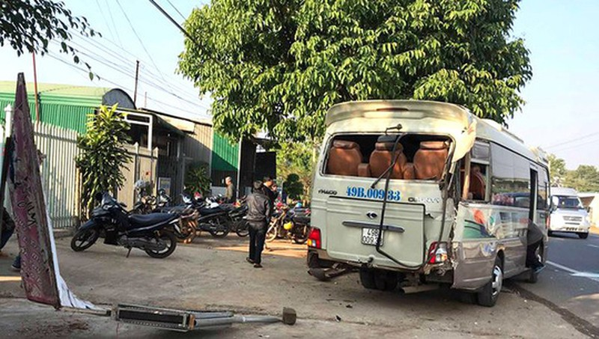 Hai xe khách tông nhau, 50 hành khách hoảng loạn la hét - Ảnh 2.