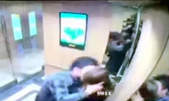 Làm quen không được người đàn ông sàm sỡ cô gái ngay trong thang máy - Ảnh 1.