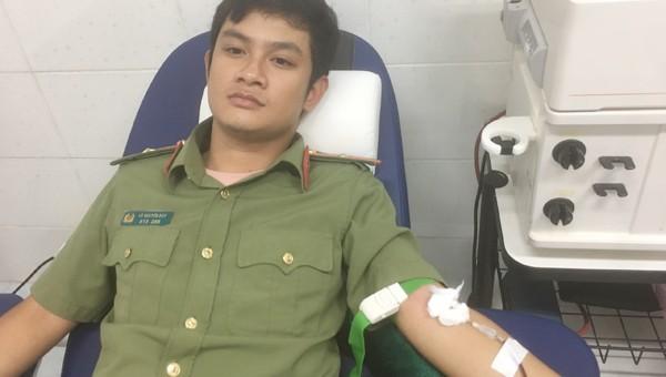 Thiếu úy Võ Nguyên Duy hiến máu tại Bệnh viện đa khoa Núi Thành.