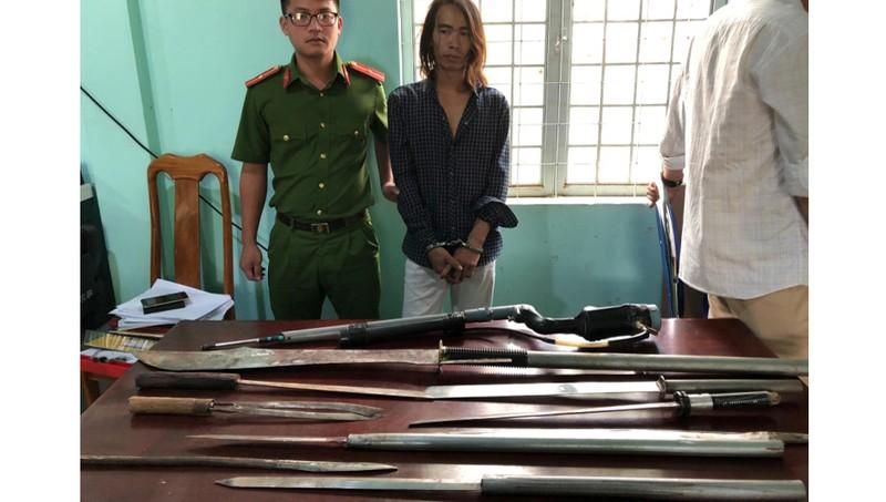 Đinh Văn Tám và tang vật thu giữ tại nhà đối tượng. Ảnh: Công an tỉnh Kon Tum.