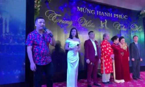 Nhạc sĩ Tiến Minh hát mừng đám cưới NSND Trung Hiếu