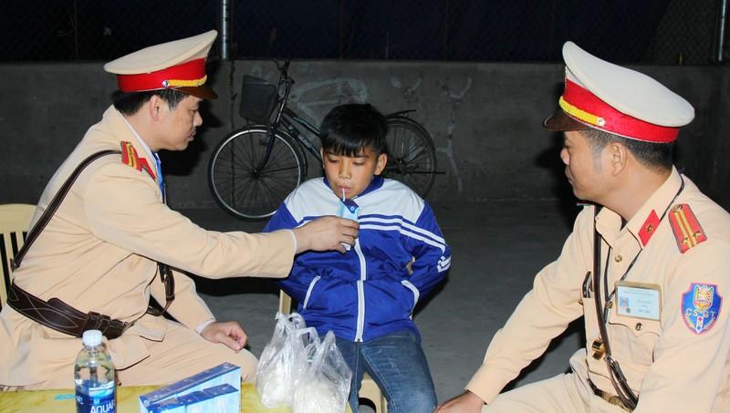 Các CSGT tỉnh Hà Nam chăm sóc cháu bé đi lạc. Ảnh: Cục CSGT