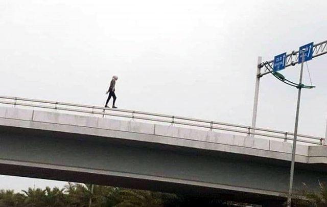 Cô gái ngoại quốc lõa thể, rơi từ cầu vượt gần sân bay Nội Bài xuống đường - 1