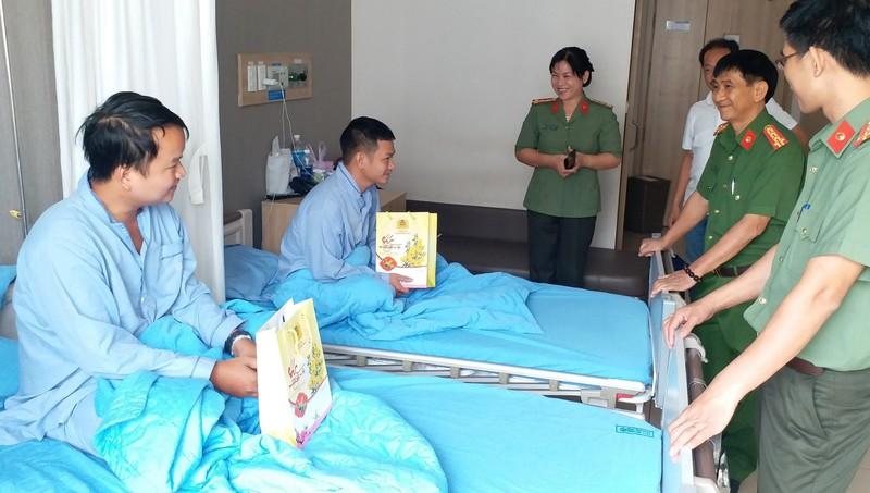 Hai công an viên điều trị tại bệnh viện.