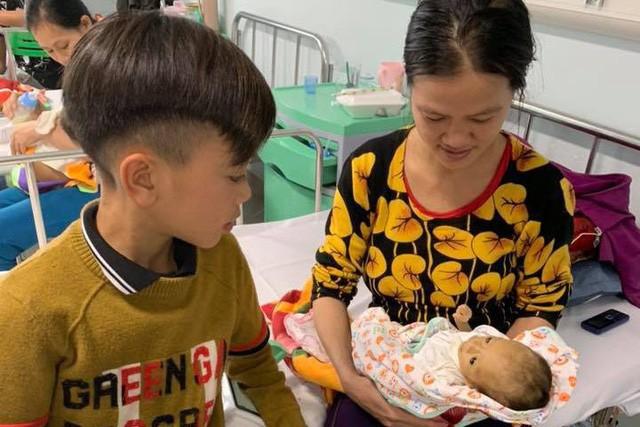 Em trai của Chiến - bé Vì Văn Lực (2 tháng tuổi) phải nằm viện vì bệnh gan chuyển hoá. Gia đình em rất khó khăn