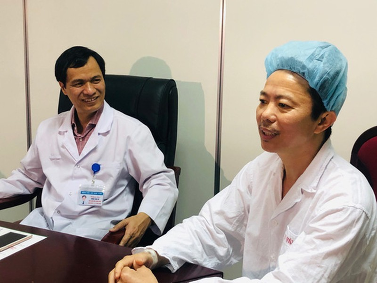 Bệnh nhân chia sẻ cảm giác hát trên bàn mổ khi bác sĩ đang vét u não - Ảnh 1.