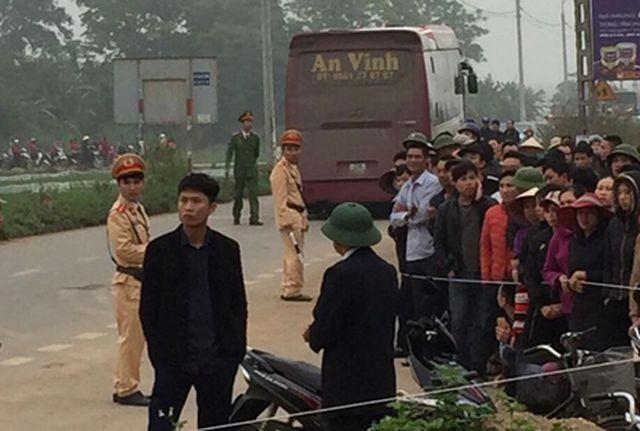 Vụ xe khách tông chết 7 người đi đưa tang: Chiếc xe lao như tên vào đoàn người - 1
