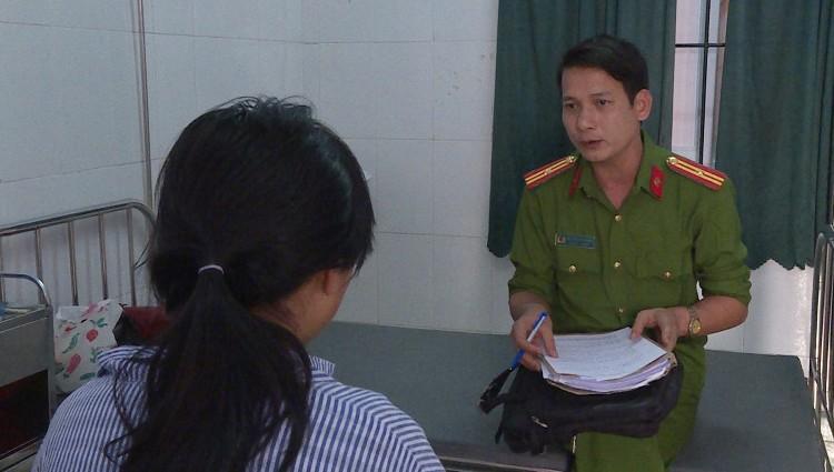 Cán bộ Công an huyện Ân Thi làm việc với em Y. Ảnh: Công an tỉnh Hưng Yên.