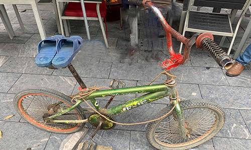 Người thắng trong phiên đấu giá còn được tặng đôi dép màu xanh mà Chiến đã dùng thay cho phanh xe đạp. Ảnh: Như Quỳnh.
