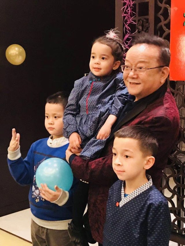Cuộc sống của Hòa thân sau 3 lần kết hôn, nuôi con nhỏ ở tuổi 71 - 8