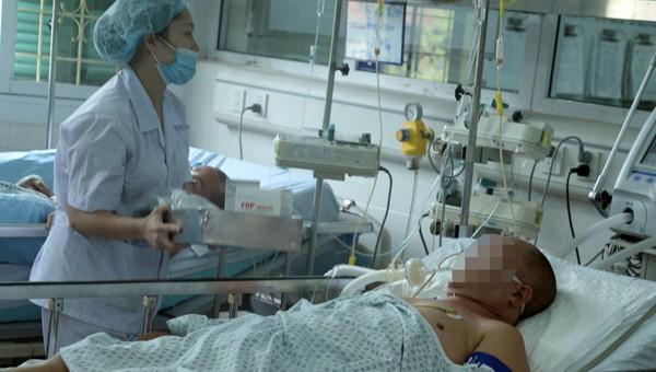 Bất ngờ ngã xuống khi đá bóng, bác sĩ trẻ tử vong