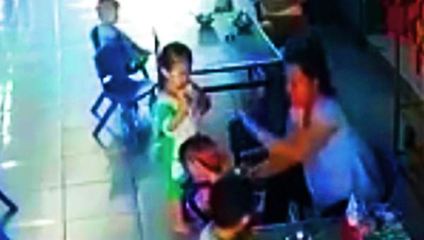 Nữ bảo mẫu dùng tay đánh nhiều cái vào đầu bé trai 3 tuổi. Ảnh: Cắt từ video.