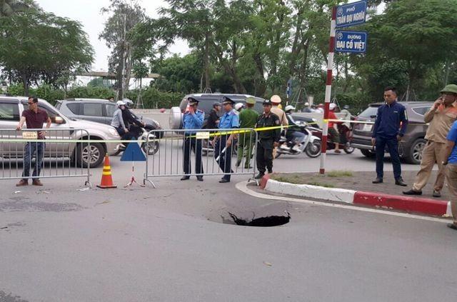 """Hà Nội: """"Hố đen"""" bất ngờ xuất hiện trên phố Trần Đại Nghĩa - 2"""