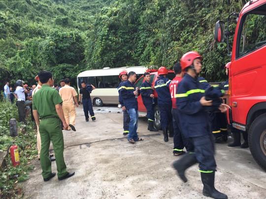 Xe khách tông vách núi, 18 sinh viên nước ngoài bị thương - Ảnh 1.
