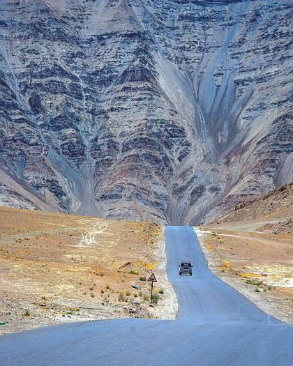 Ảo ảnh đánh lừa thị giác, còn độ dốc của con đường và trọng lực thực hiện phần còn lại với những chiếc xe, khiến chúng lăn bánh xuống dốc trông như thể đang bò lên dốc. Ảnh:Himalaya Foto Saga.