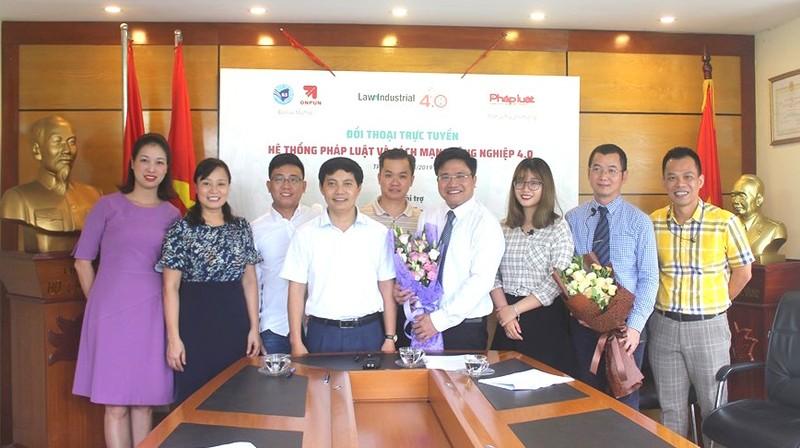 Phó TBT Báo PLVN Trần Đức Vinh tặng hoa cảm ơn các chuyên gia đã tham dự Chương trình