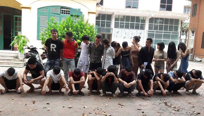 Các đối tượng sử dụng trái phép chất ma túy bị đưa về Công an Thành phố Hưng Yên để điều tra làm rõ. Ảnh: Công an tỉnh Hưng Yên.