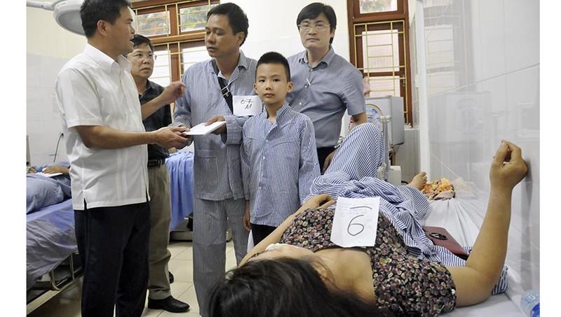 Ông Bùi Văn Khắng, Phó Chủ tịch UBND tỉnh Quảng Ninh tới bệnh viện động viên, trao tiền hỗ trợ cho nạn nhân bị tai nạn. Ảnh: Báo Quảng Ninh
