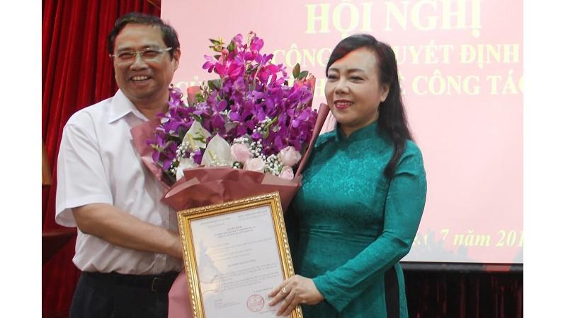 Đồng chí Phạm Minh Chính trao quyết định cho đồng chí Nguyễn Thị Kim Tiến.