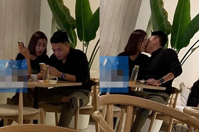 Mới đây, Đỗ Mỹ Linh bị bắt gặp tình tứ với một chàng trai lạ mặt tại quán cà phê. Cả hai vui vẻ trò chuyện và có cử chỉ thân mật. Thậm chí, chàng trai còn chủ động hôn má Hoa hậu Việt Nam.