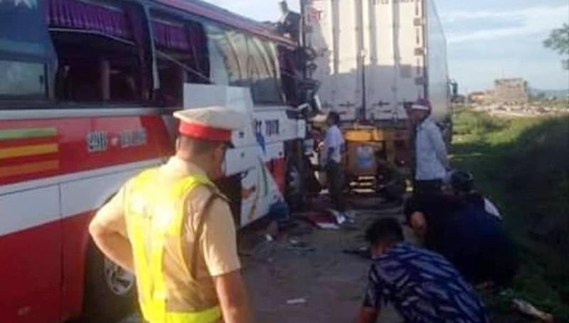 Xe chở khách đi tắm biển gặp nạn, 1 người chết, 14 người cấp cứu