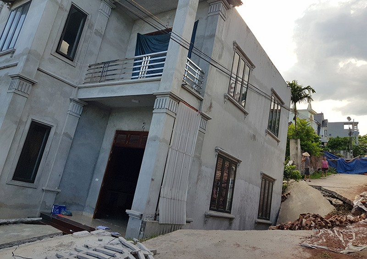 Ngôi nhà hai tầng ở thông Hòa Lạc (An Tiến, Mỹ Dức, Hà Nội) bị sụt sâu. Ảnh: Tất Định.