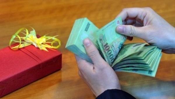 Không thể từ chối, cán bộ nộp lại quà sau 5 ngày được biếu tặng
