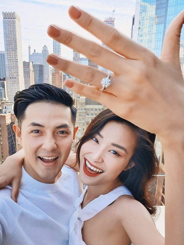 Đông Nhi hạnh phúc khoe nhẫn cầu hôn của Ông Cao Thắng - 1